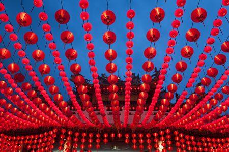 tempels: Oosterse lantaarns bij tempel weer geven. Stockfoto