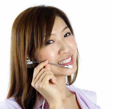 友好的客戶代表與耳機微笑在電話交談。 版權商用圖片