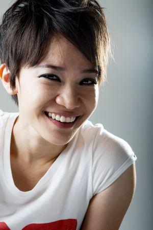 punk hair: Fermer un portrait de fille Rock souriant japonais Banque d'images