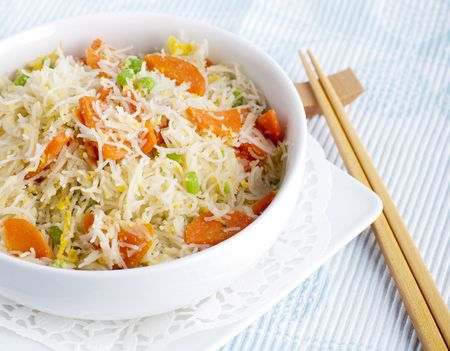 vermicelli: Fideos de arroz frito asi�ticos. Servir con palillos.  Foto de archivo