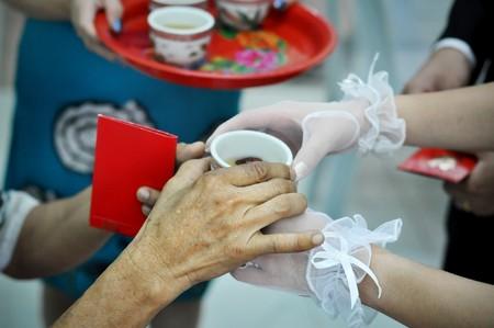 op maat: Chinese bruiloft theeceremonie serveren aan ouderlingen.