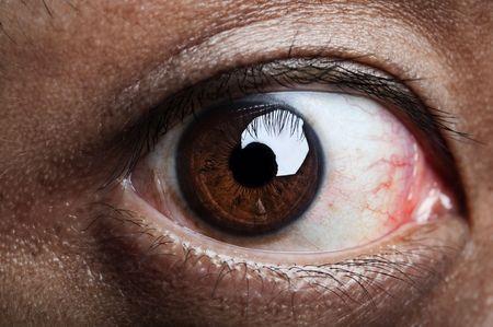 looking into camera: Primo piano su occhio umano, guardando la telecamera.