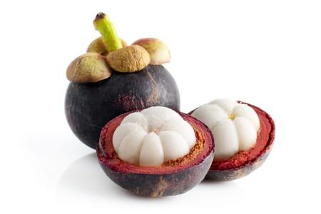 mangostano: Mangostano frutta e sezione trasversale, mostrando la pelle spessa viola e carne bianca della Regina della frutta.