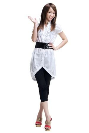 Voller Länge freudig fröhlich schönen japanischen asiatische jungen Frau hält Ihre Hand aus und zeigen textfreiraum für Ihr Produkt. Standard-Bild