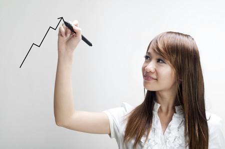 femme dessin: Gros plan de la jeune business graph dessin femme asiatique sur le verre transparent ou une feuille.