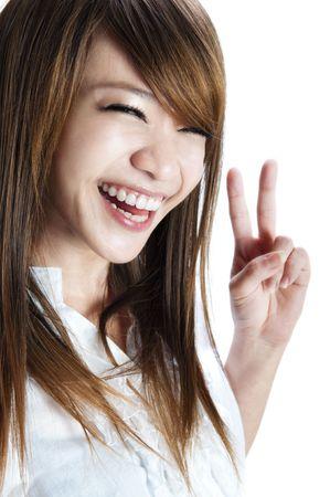 segno della pace: Cute asian giovane donna mostrando la pace  vittoria segno della mano.