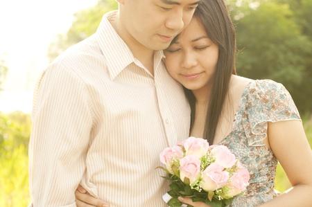 couple amoureux: �prises de Couple en plein air pendant le coucher du soleil
