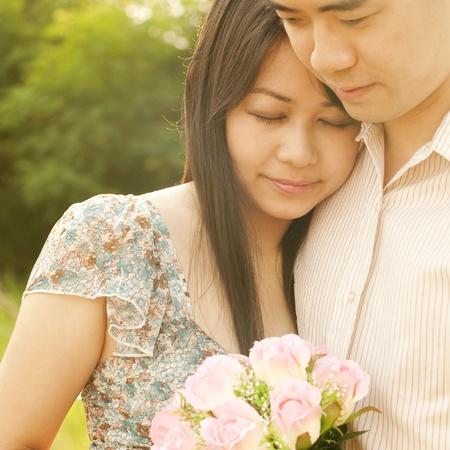 romantico: Amante de la pareja al aire libre durante la puesta de sol