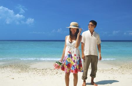 jovenes enamorados: Asia pareja tener un gran momento en la isla, Lang Tengah, Malasia Foto de archivo