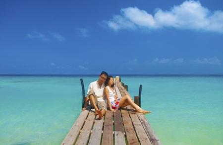 luna de miel: Asia pareja tener un gran momento en la isla, Lang Tengah, Malasia Foto de archivo