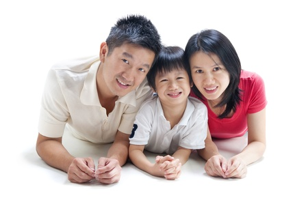 familia unida: Feliz familia asi�tica sobre fondo blanco