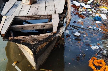 residuos toxicos: Basura en el Ganges de Varanasi, India Foto de archivo