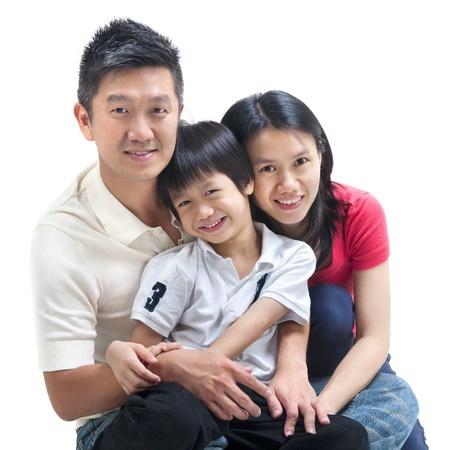 在白色背景的愉快的亚洲家庭