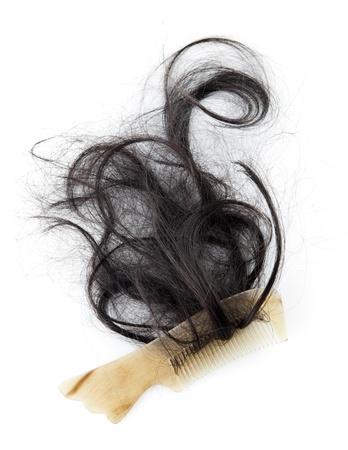 comb hair: Close-up di un pettine con capelli persi su di esso, su sfondo bianco