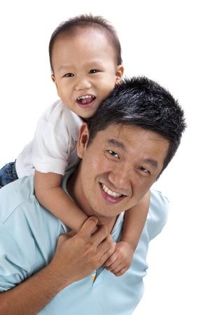 shoulder ride: Feliz familia asi�tica sobre fondo blanco