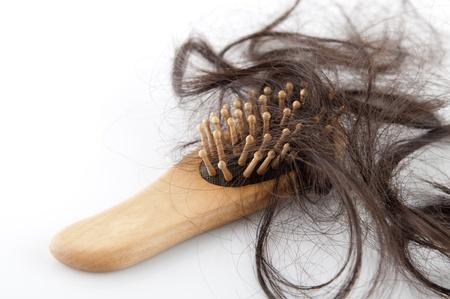 Primer plano de un cepillo de pelo perdido en él, en el fondo blanco Foto de archivo - 10460381