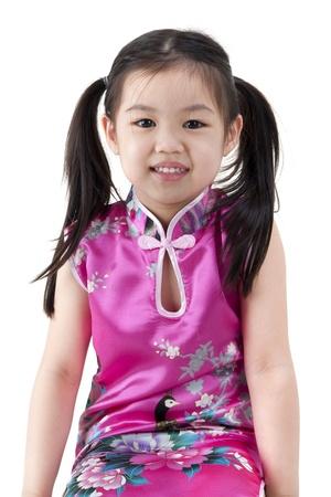 niños chinos: Niña oriental en cheongsam tradicionales vestidos chinos sobre fondo blanco