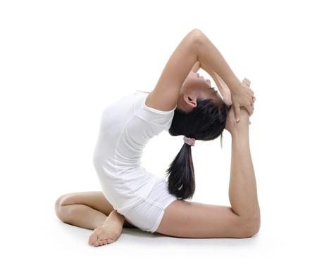 Vrouw in yoga, de duif pose, geïsoleerd op wit.