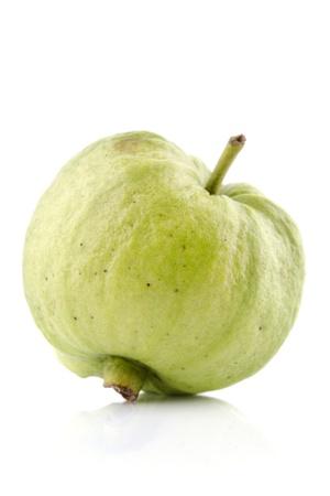 guayaba: Una sola fruta de guayaba orgánica en el fondo blanco Foto de archivo
