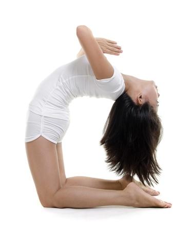 arrodillarse: Mujer en el yoga, la postura del camello (Ustrasana), en el fondo blanco