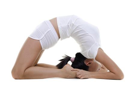 animal practice: Mujer en el yoga, la postura Pigeon (Kapotasana), en el fondo blanco