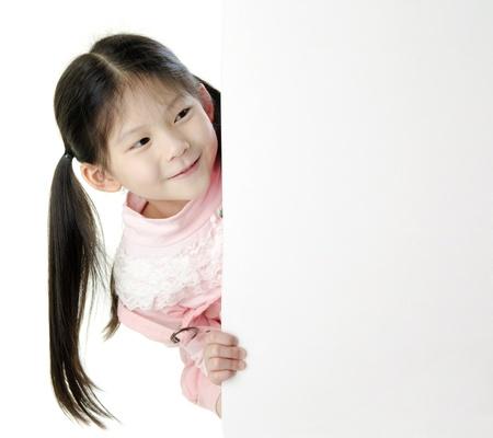 bambini cinesi: Giovane ragazza asiatica in possesso di un carta bianca vuota.