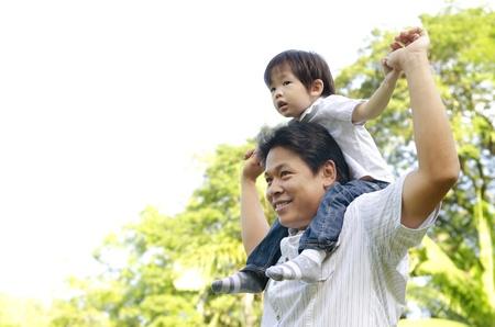 asia family: Un padre y su hijo en un agradable d�a de verano.