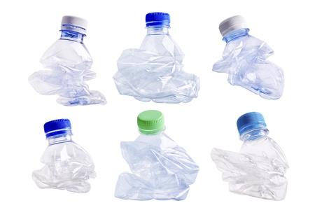 separacion de basura: Colección de botellas de plástico aplastadas en el fondo blanco