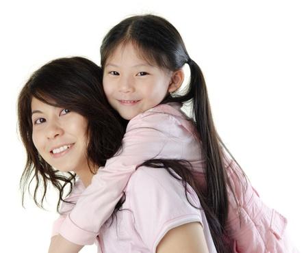 mama e hija: Cuestas la madre de su hija de Asia, sobre fondo blanco