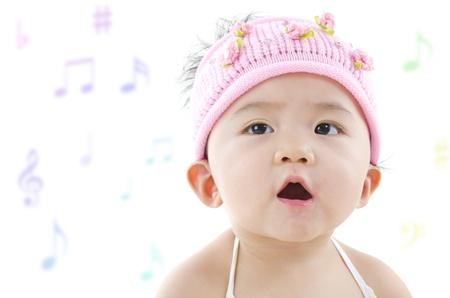persona cantando: Niña Pan Asian cantando alegremente Foto de archivo