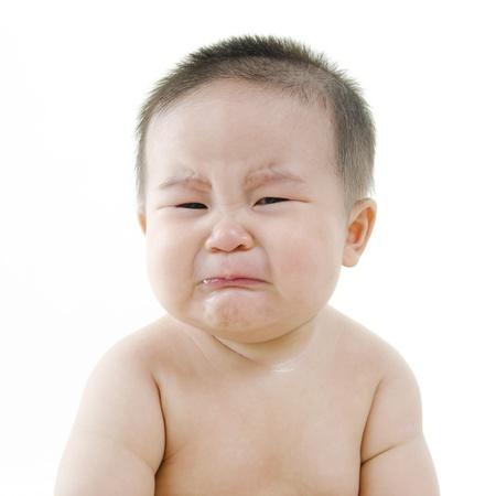 enfant malade: Pleurer b�b� asiatique sur fond blanc