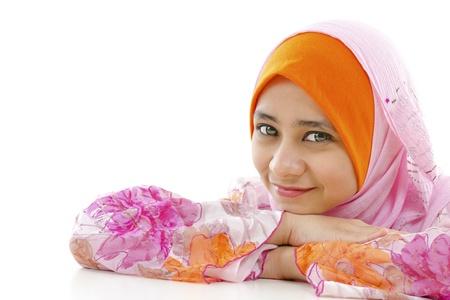 femme musulmane: Jolie femme musulmane en souriant, sur fond blanc Banque d'images
