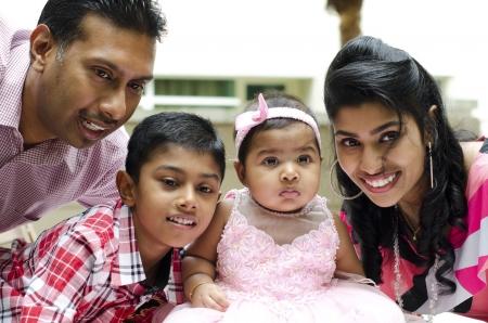 petite fille musulmane: Bonne famille indienne ayant moment de plaisir � l'ext�rieur