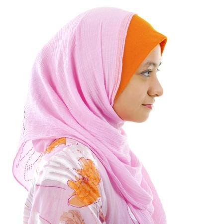 femme musulmane: Vue de c�t� d'une belle femme musulmane isol� sur blanc
