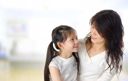ni�os hablando: Asia madre y su hija de tener una conversaci�n en el hogar