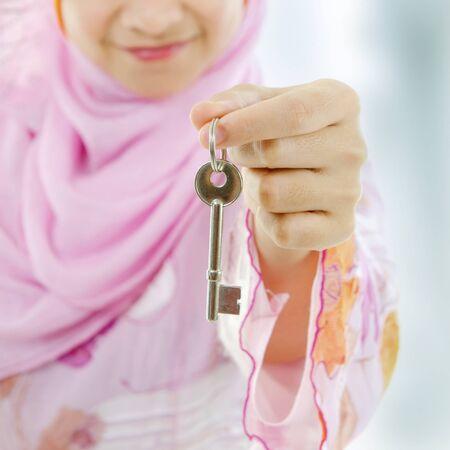 femme musulmane: Main femme musulmane la tenue d'une nouvelle cl� Banque d'images