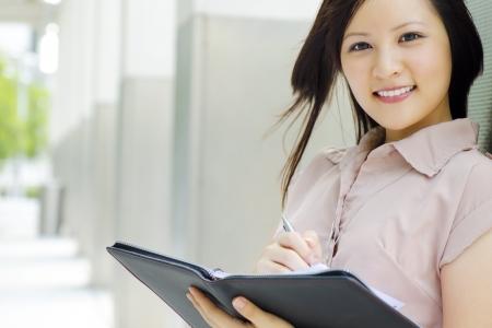 secretaries: Secretario de redacci�n de Asia en el libro diario