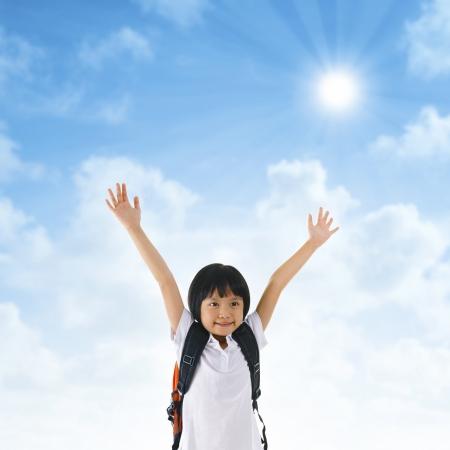 indonesisch: 7 jaar oud pan-Aziatische schoolmeisje armen in de lucht Stockfoto