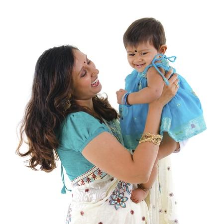 快樂的印度母親和女兒在白色背景