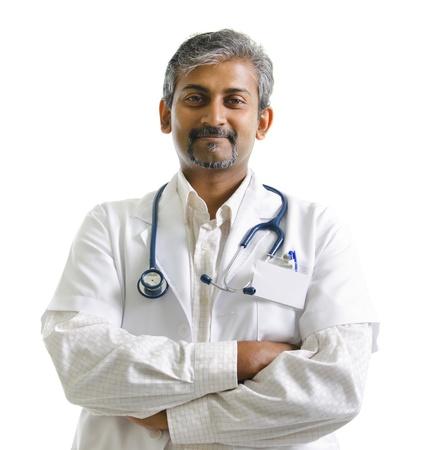 lekarz: Indian dojrzały mężczyzna lekarz skrzyżowane ręce na białym tle