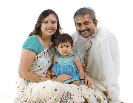 Famille indienne traditionnelle avec un enfant assis sur fond blanc photo