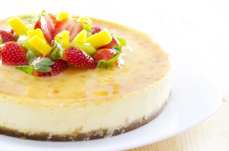 trozo de pastel: Fruta reci�n hecho en casa la pasi�n pastel de queso