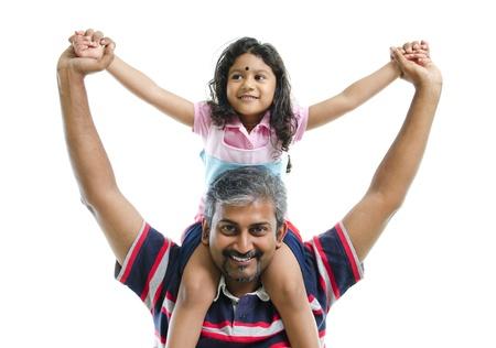 shoulder ride: India padre de su hija a cuestas sobre el fondo blanco