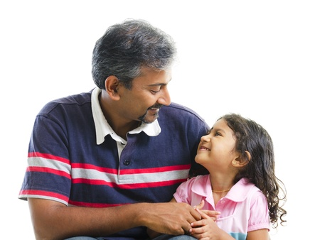 padres hablando con hijos: Padre indio asi�tico tener una conversaci�n con su hija sobre fondo blanco