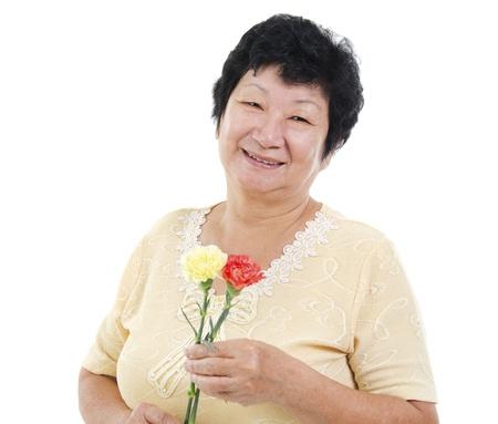 clavel: Feliz mujer mayor asi�tica con flor de clavel