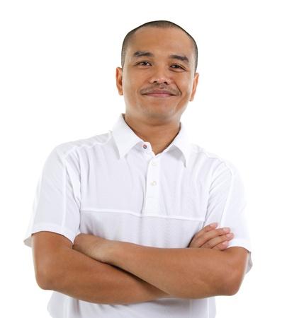 Vertrouwen 30s Zuidoost-Aziatische man gekruiste armen geïsoleerd op witte achtergrond