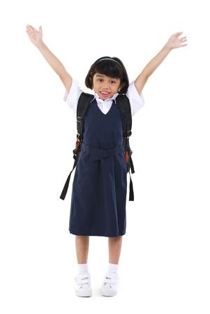 indonesisch: Zes jaar oud Zuidoost-Aziatische school meisje armen in de lucht, fullbody over witte achtergrond