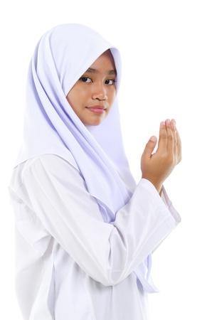 niño orando: Sudeste de Asia oración de la juventud musulmana de orar sobre fondo blanco