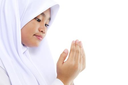 femmes muslim: Gros plan du Sud-Est asiatique de pri�re de jeunes musulmans en pri�re sur fond blanc