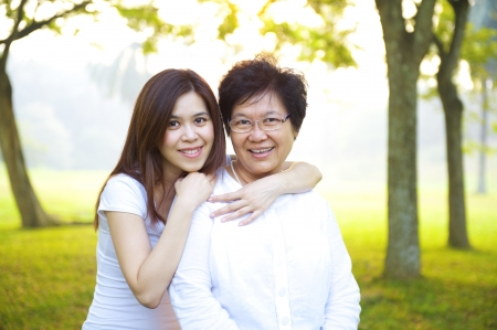 mother with daughter: Feliz madre asiática mayor con su hija en el parque al aire libre Foto de archivo